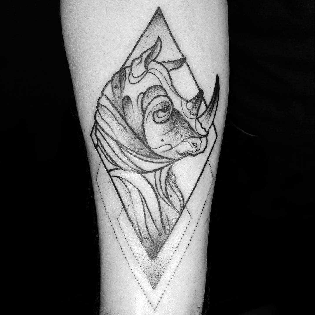 Tatuagem de rinoceronte no antebraço cara do cara