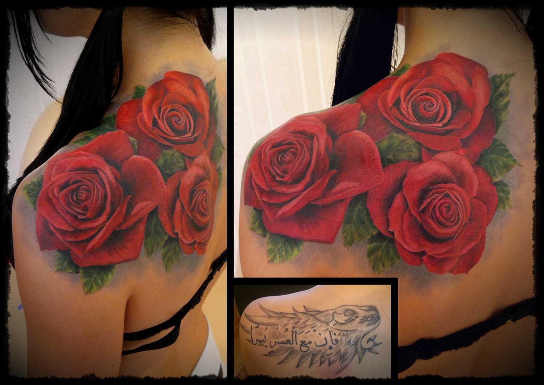 Tatuagem de rosas vermelhas no ombro da menina