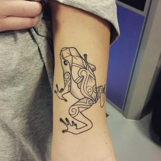 Tatuagem de sapo na mão de um cara