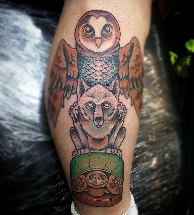 Tatuagem de totem de corujas lobo e a tartaruga sobre a perna de um cara
