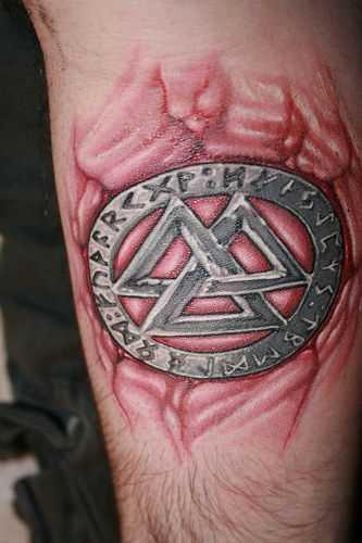 Tatuagem de um amuleto no antebraço cara