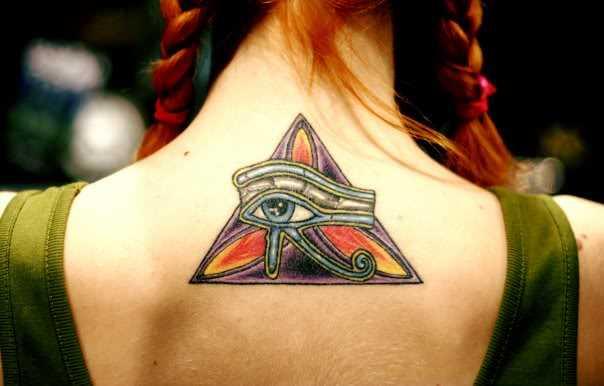 Tatuagem de um amuleto olho de horus na parte de trás da menina