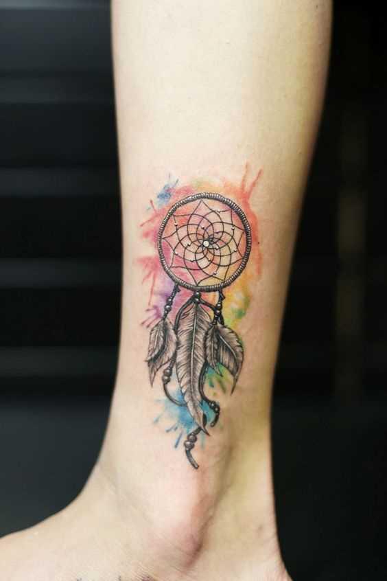 Tatuagem de um amuleto sobre a perna da menina