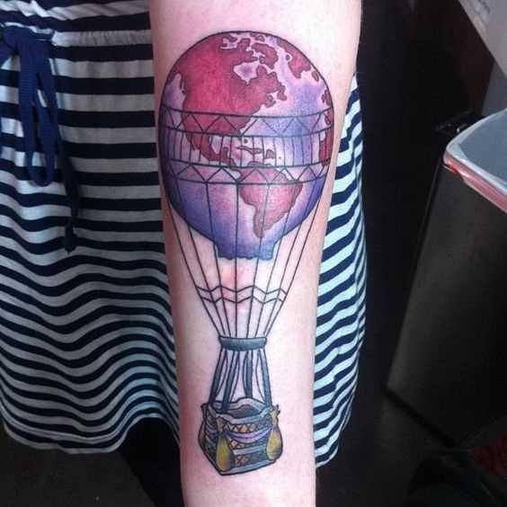 Tatuagem de um balão de ar no antebraço da menina