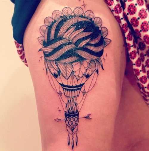 Tatuagem de um balão de ar no quadril da menina