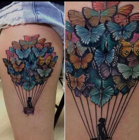 Tatuagem de um balão de borboletas no quadril da menina