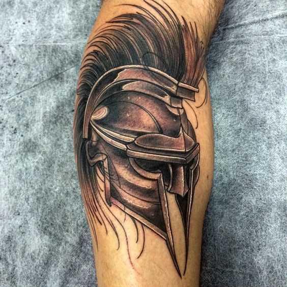 Tatuagem de um capacete de gladiador sobre a perna de um cara