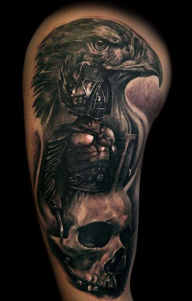 Tatuagem de um gladiador com o pássaro e uma caveira no ombro de homens