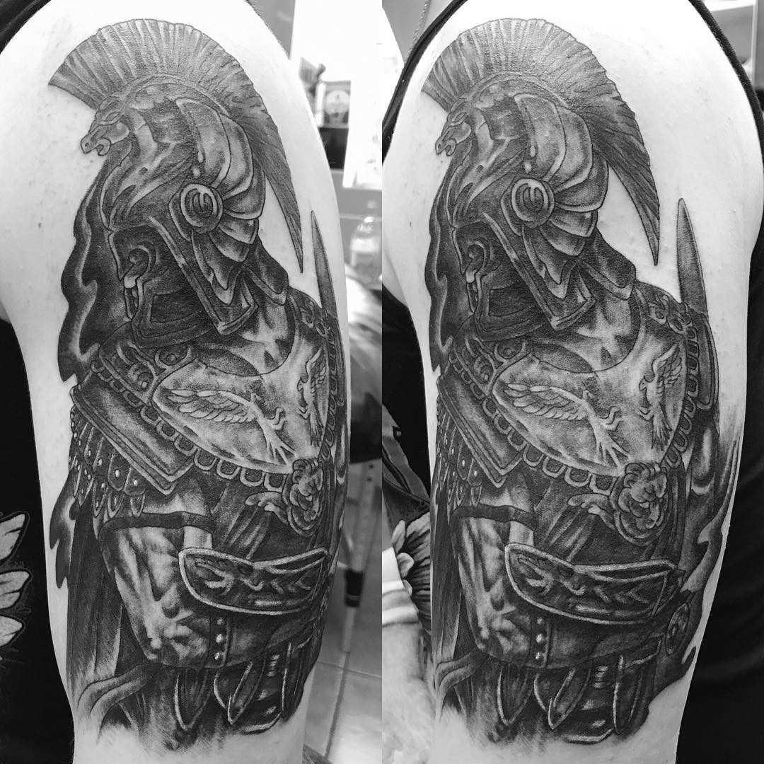 Tatuagem de um gladiador no ombro do cara