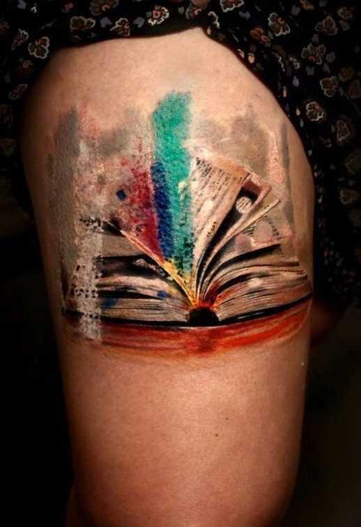 Tatuagem de um livro sobre o quadril da menina