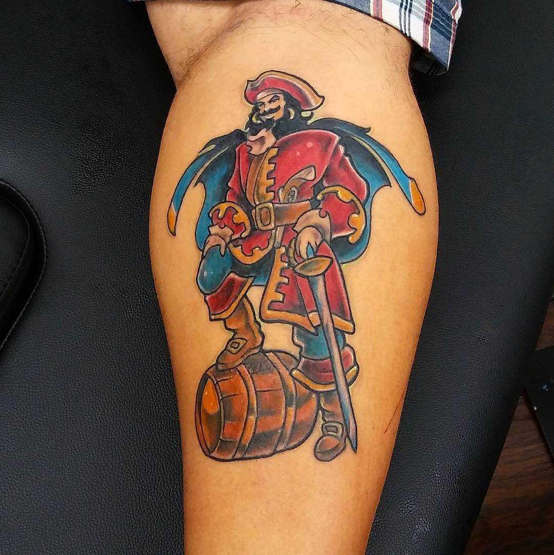 Tatuagem de um pirata com o bumbo sobre a perna de homens