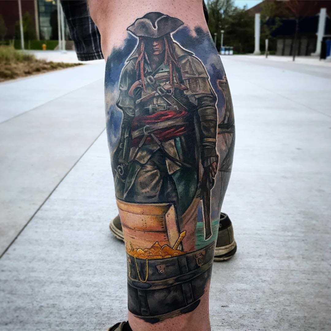 Tatuagem de um pirata com uma defesa sobre a perna de um cara
