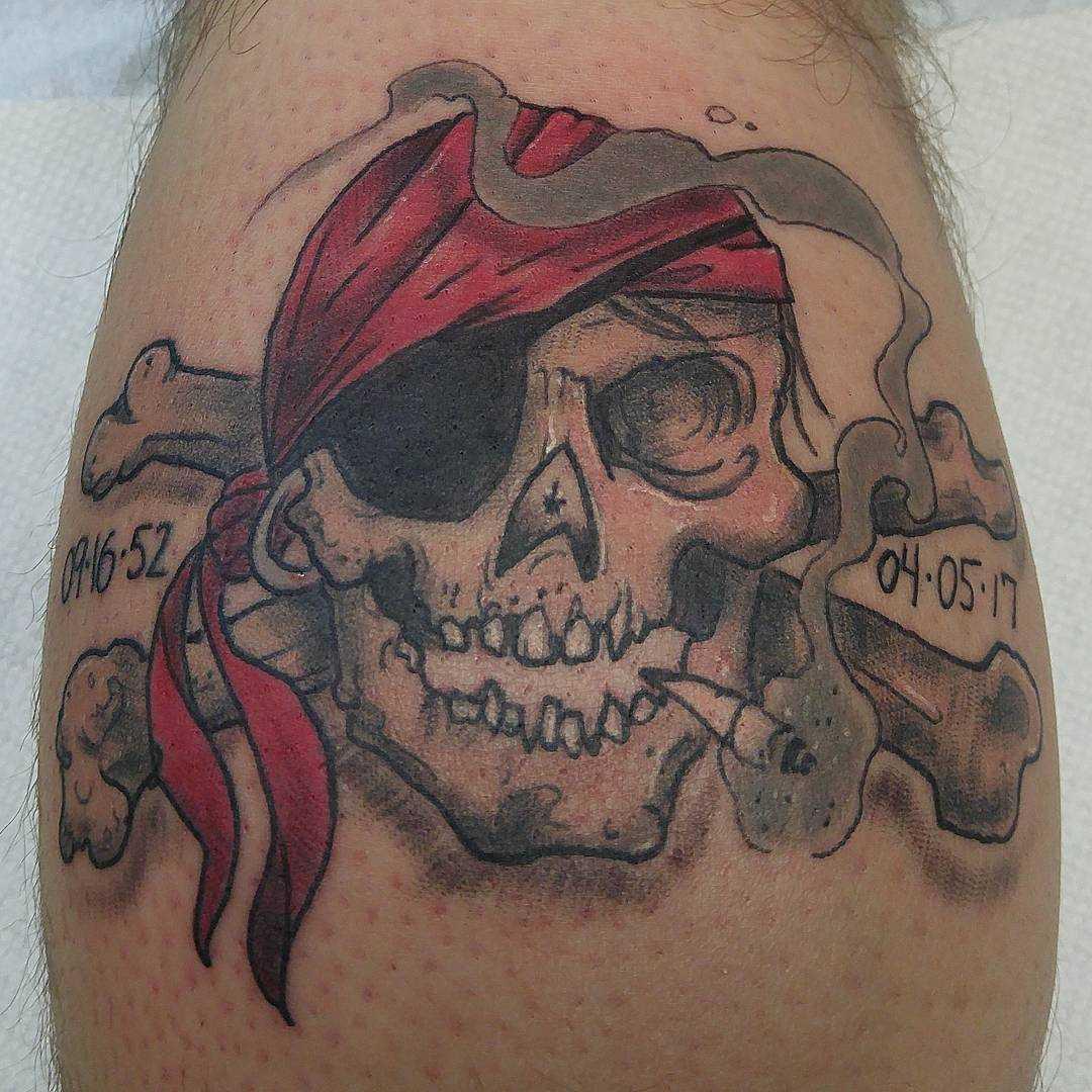 Tatuagem de um pirata sobre a perna de um cara