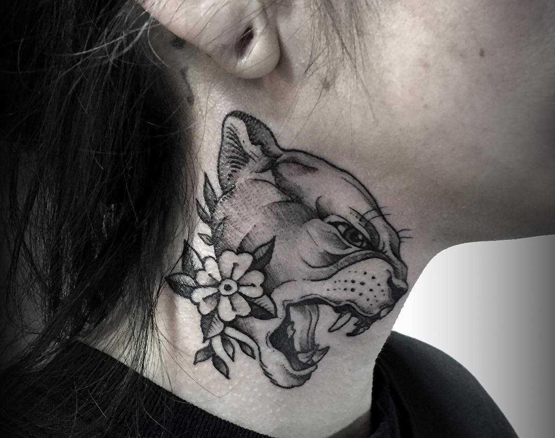Tatuagem de um puma com a flor no pescoço da menina