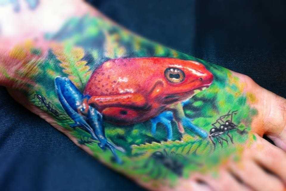 Tatuagem de um sapo no pé do cara
