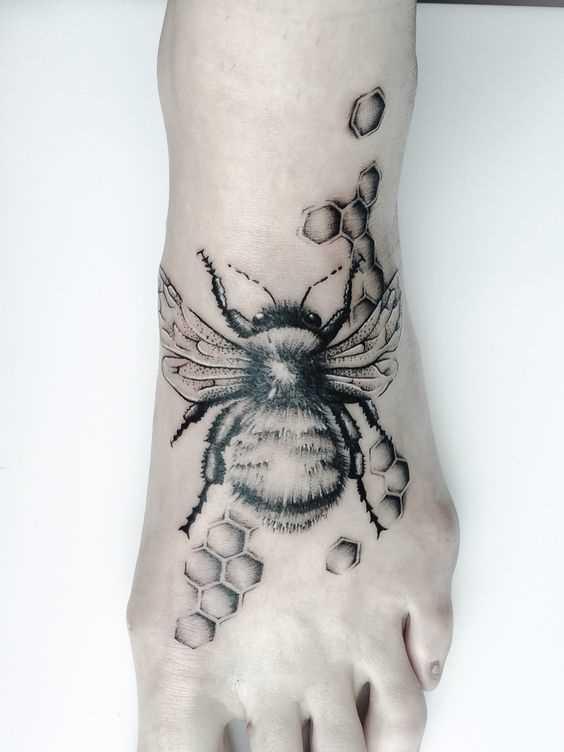 Tatuagem de uma abelha na planta do pé da menina
