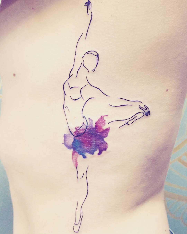 Tatuagem de uma bailarina ao lado de meninas