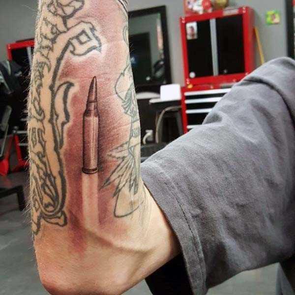 Tatuagem de uma bala no antebraço homens