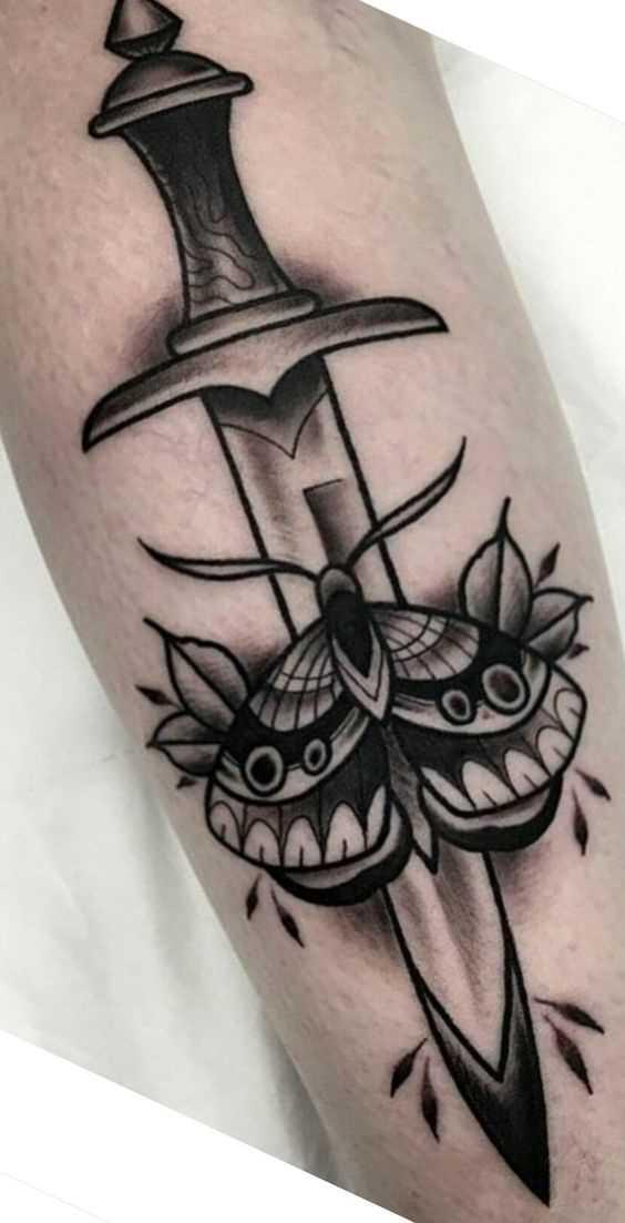 Tatuagem de uma faca de borboleta no antebraço cara