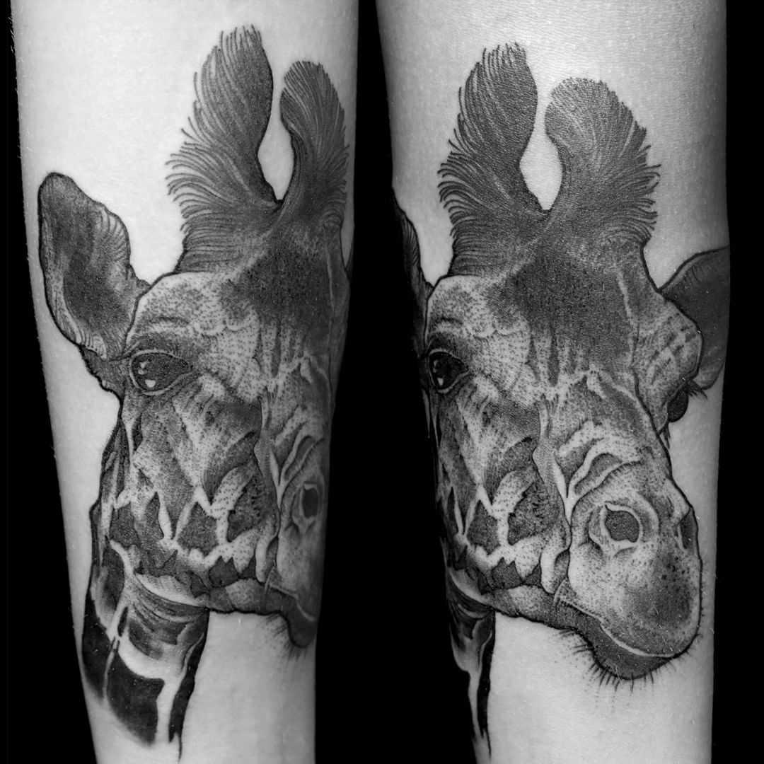 Tatuagem de uma girafa em pedpleche menina