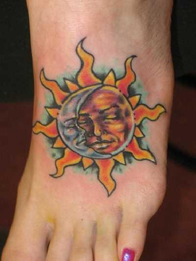 Tatuagem de uma menina na planta do pé - o sol e a lua