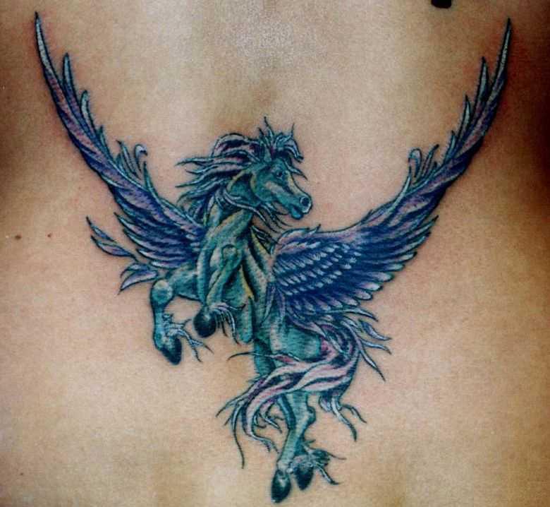 Tatuagem de uma menina no cóccix - pegasus
