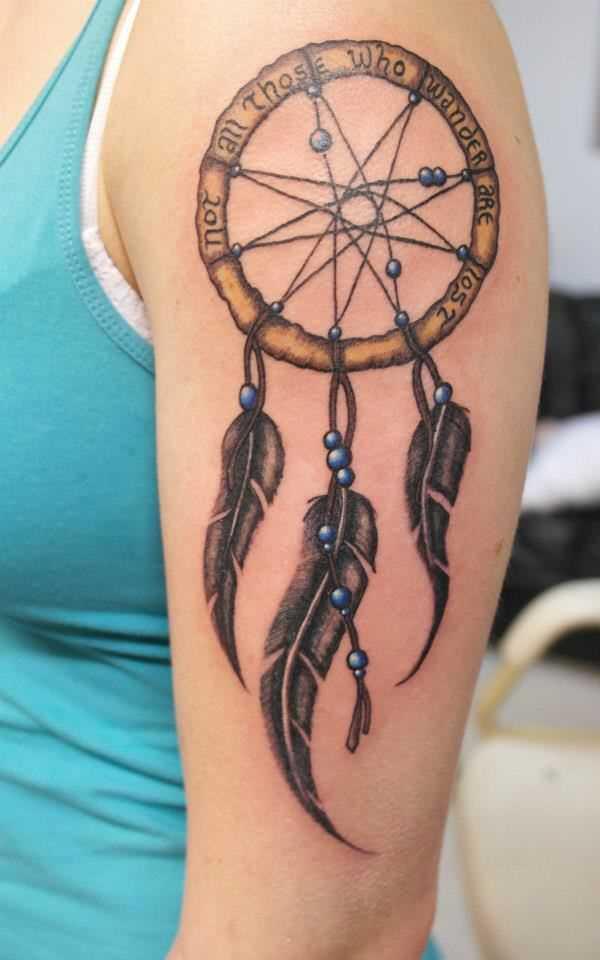Tatuagem de uma menina no ombro como um apanhador de sonhos