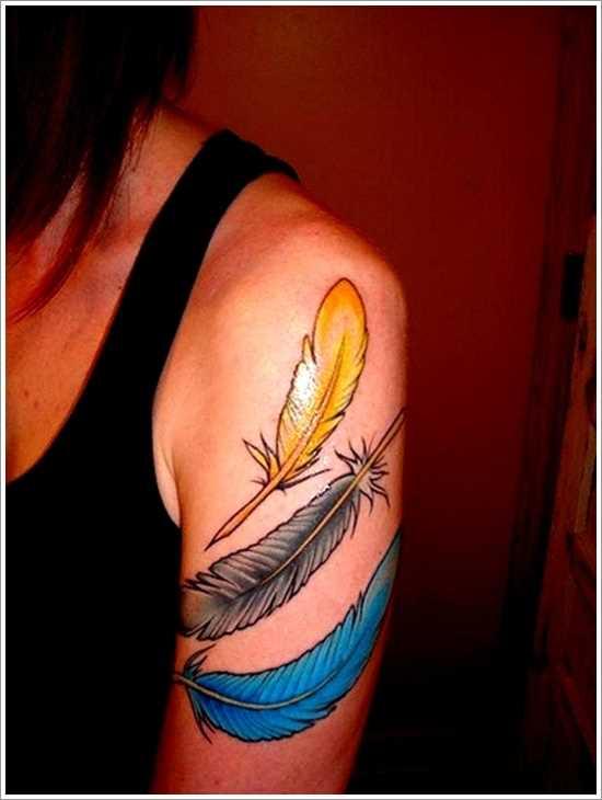 Tatuagem de uma menina no ombro - penas coloridas