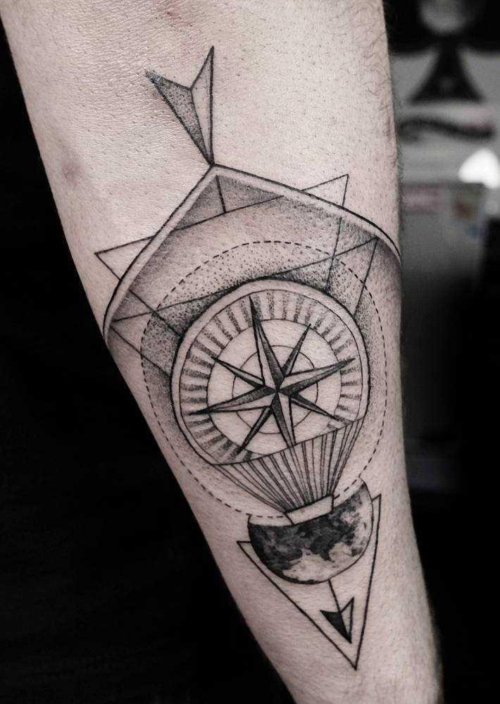 Tatuagem do compasso no antebraço cara