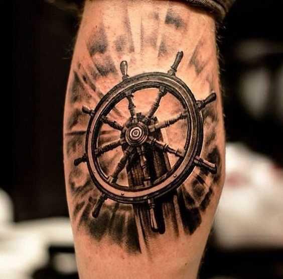 Tatuagem do volante sobre a perna de homens
