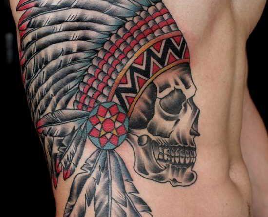 Tatuagem em seu lado um cara de crânio indiano