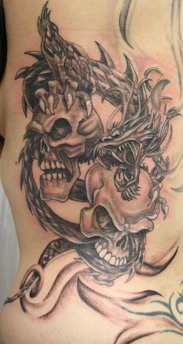 Tatuagem em seu lado um cara de dragão, e o crânio
