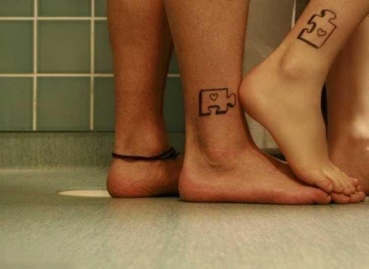 Tatuagem em shchikolotkakh menino e uma menina - quebra-cabeças com corações