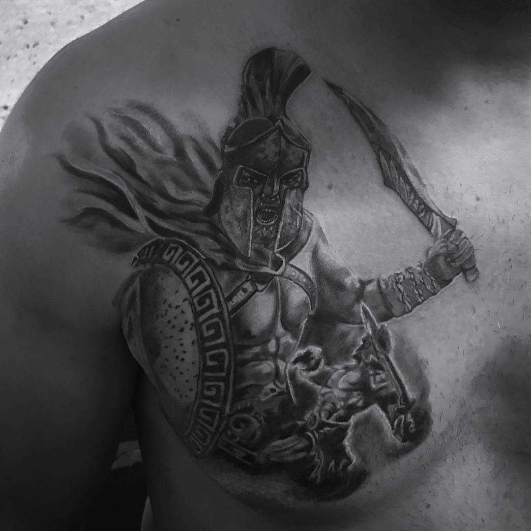 Tatuagem espartano na cara no peito