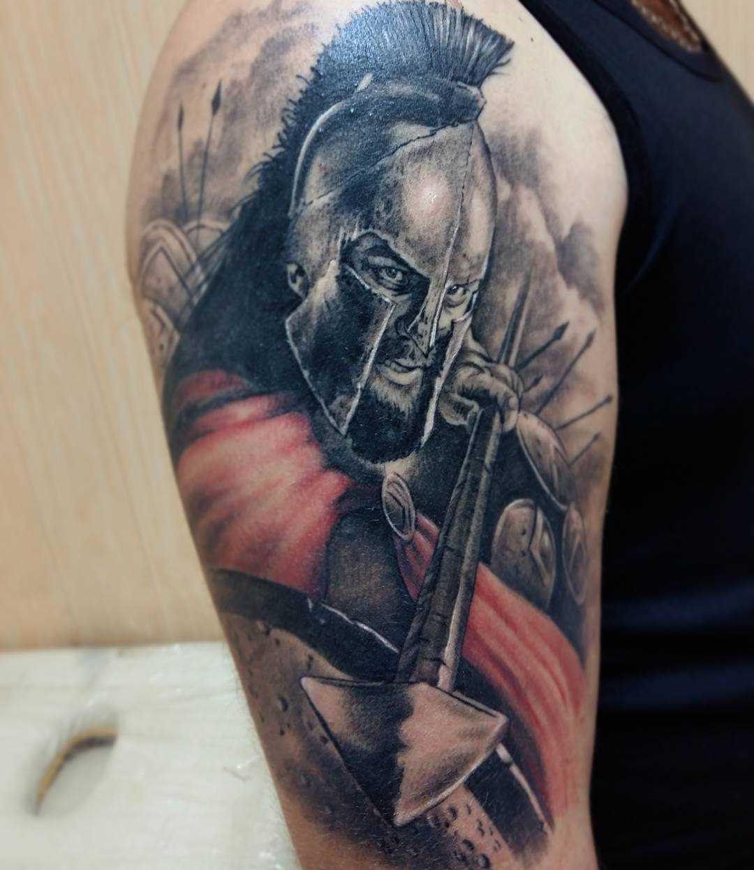 Tatuagem espartano no ombro de homens