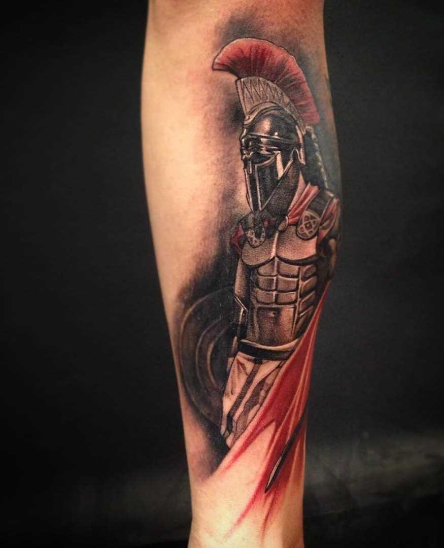 Tatuagem espartano sobre a perna de um cara