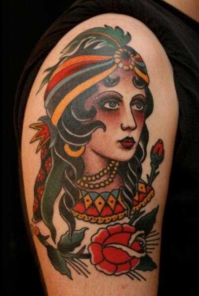 Tatuagem - imagem menina no estilo oldschool no ombro do cara
