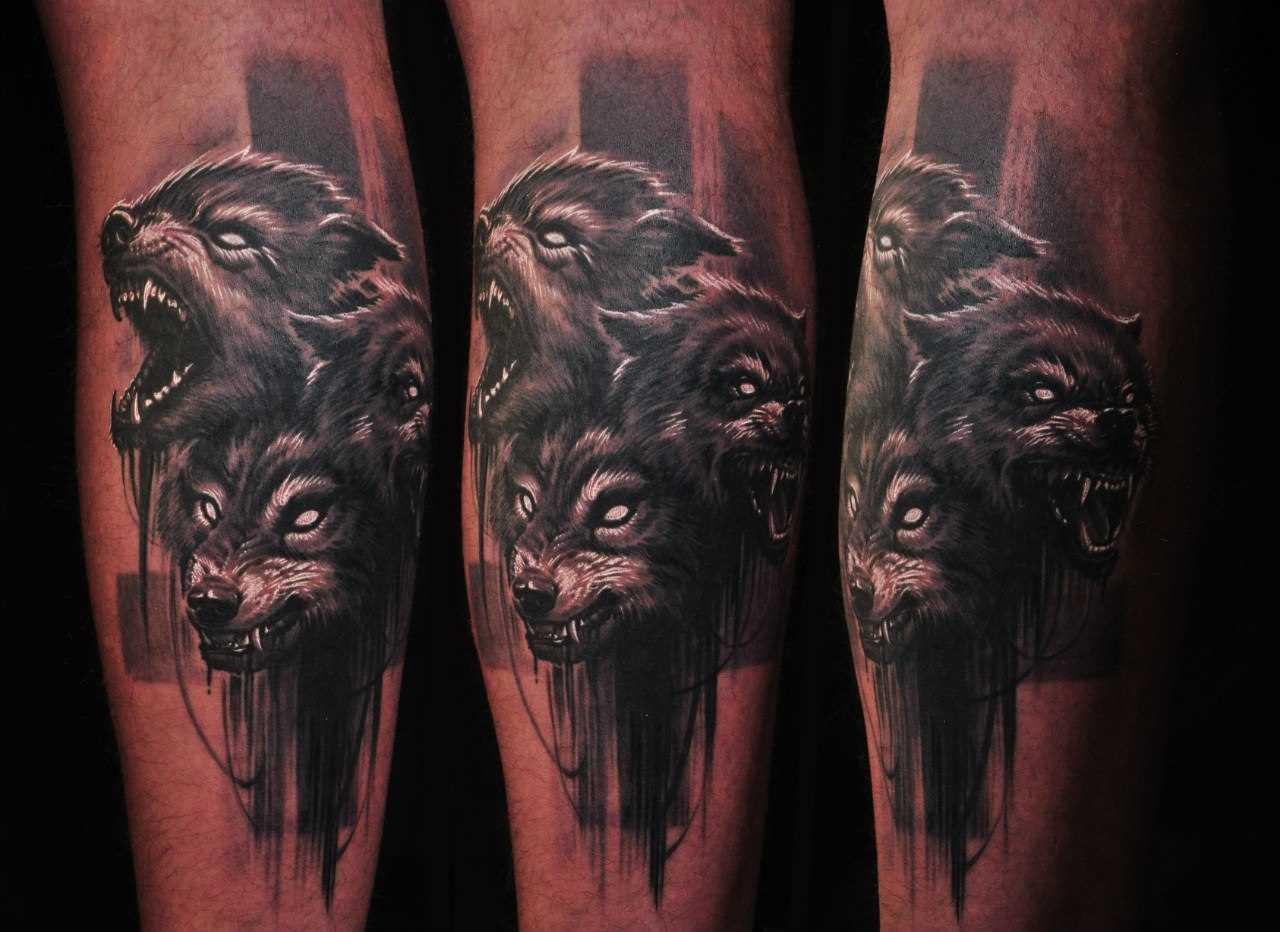 Tatuagem lobisomem sobre a perna de um cara