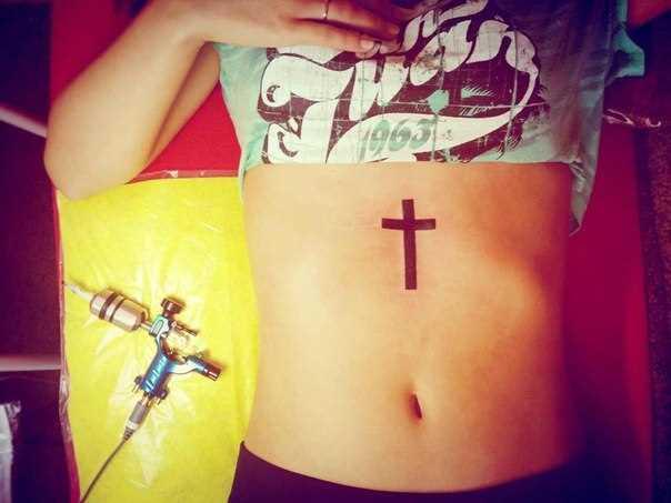 Tatuagem na barriga da menina - cruz