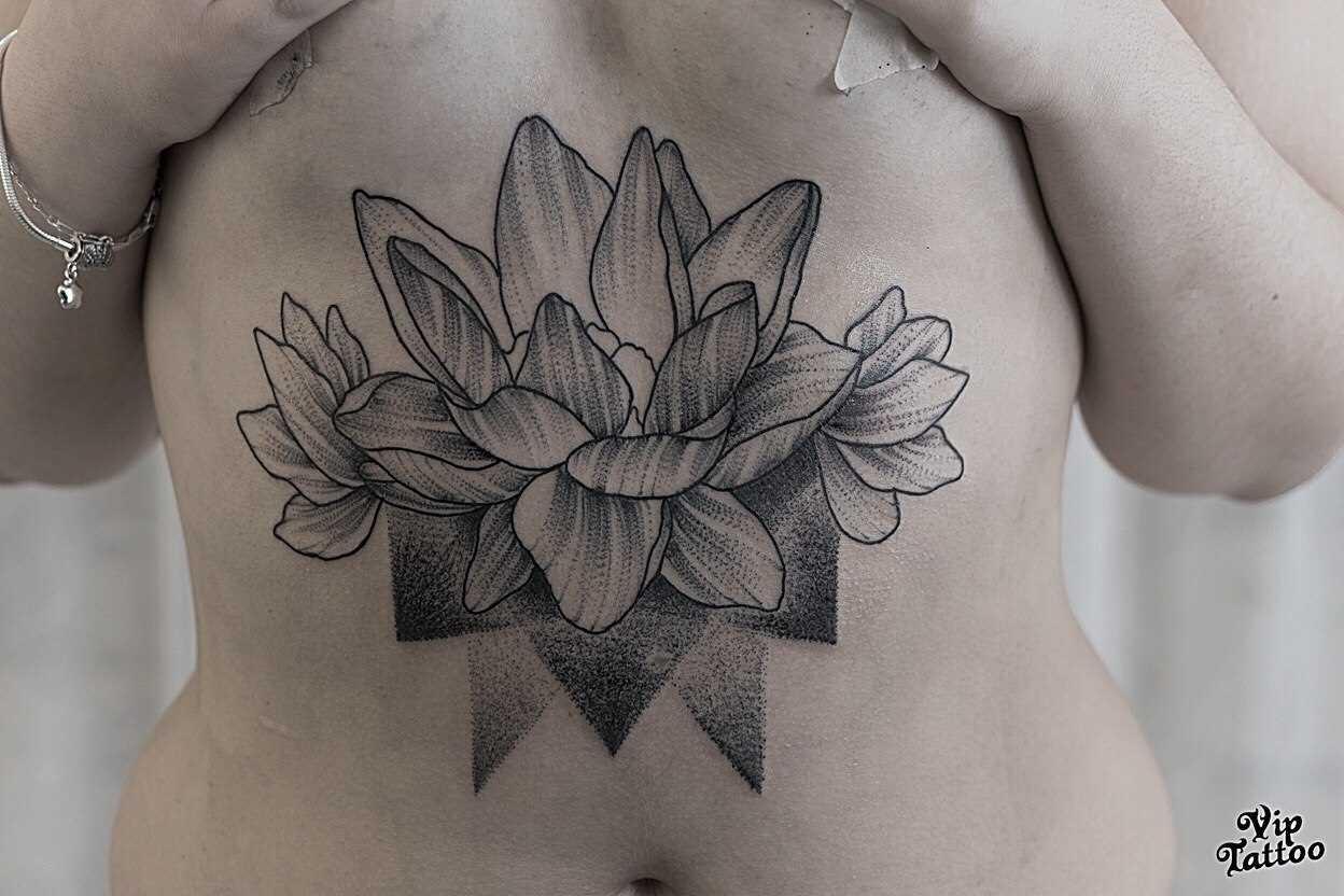 Tatuagem na barriga da menina - lotus no estilo dotvork