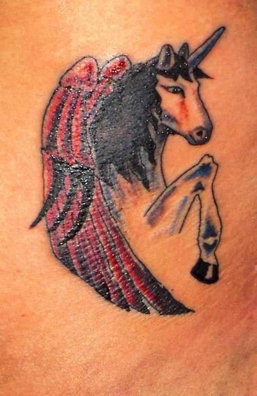Tatuagem na barriga da menina - unicórnio alado
