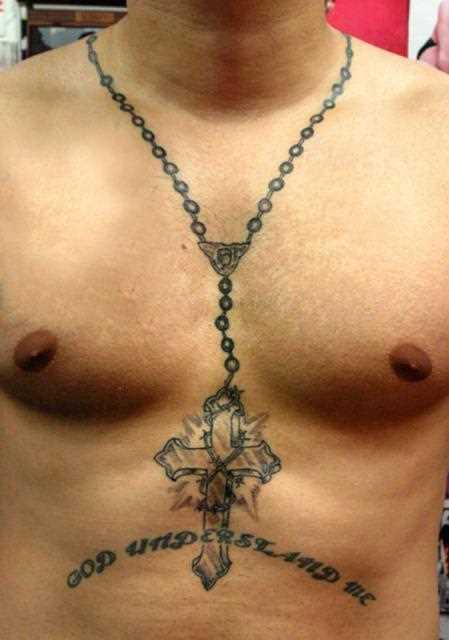 Tatuagem na barriga de um cara - a cruz em uma longa cadeia