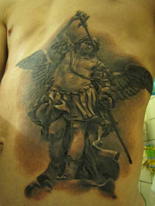 Tatuagem na barriga do cara - de- anjo com a espada