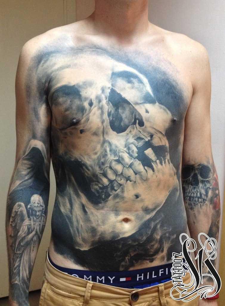 Tatuagem na barriga do cara de crânio