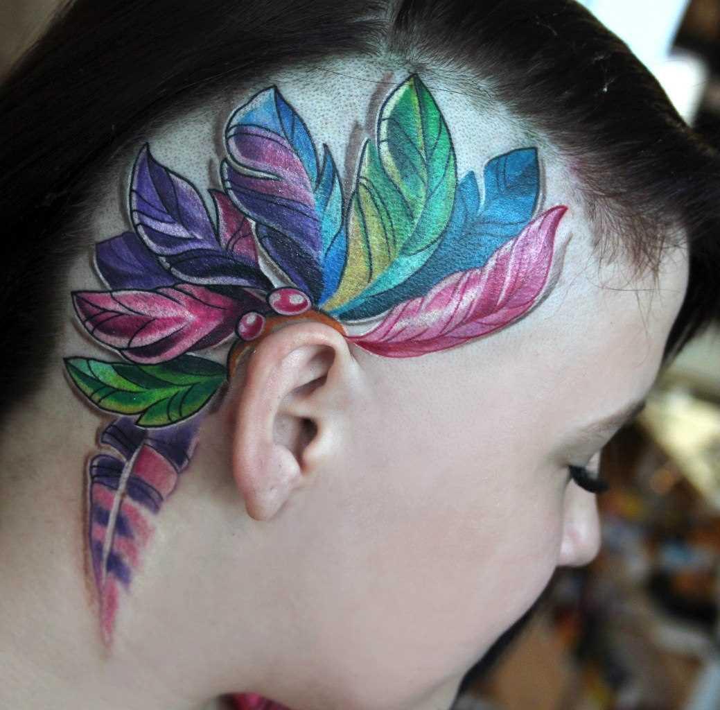 Tatuagem na cabeça da menina - penas