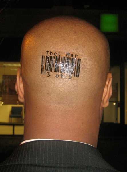 Tatuagem na cabeça de um cara - código de barras