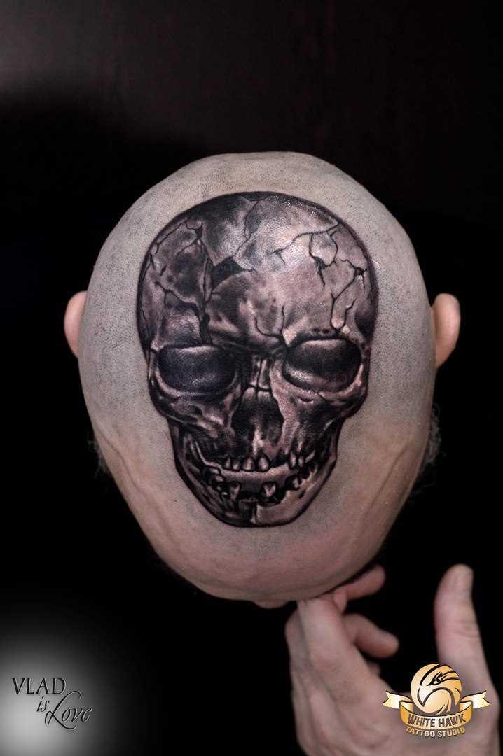 Tatuagem na cabeça de um cara de crânio