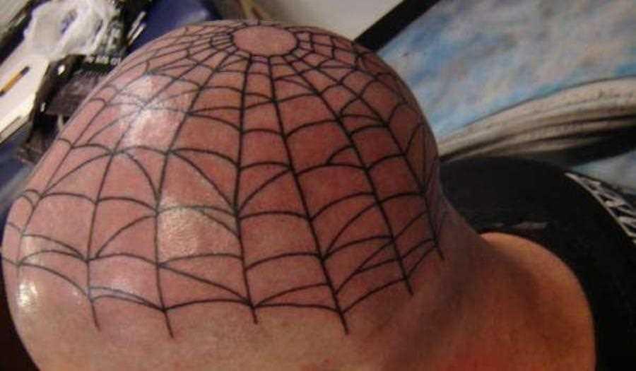 Tatuagem na cabeça de um cara - de- teia de aranha