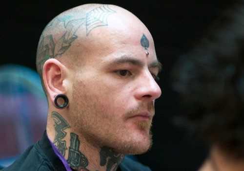 Tatuagem na cabeça de um cara - folhas