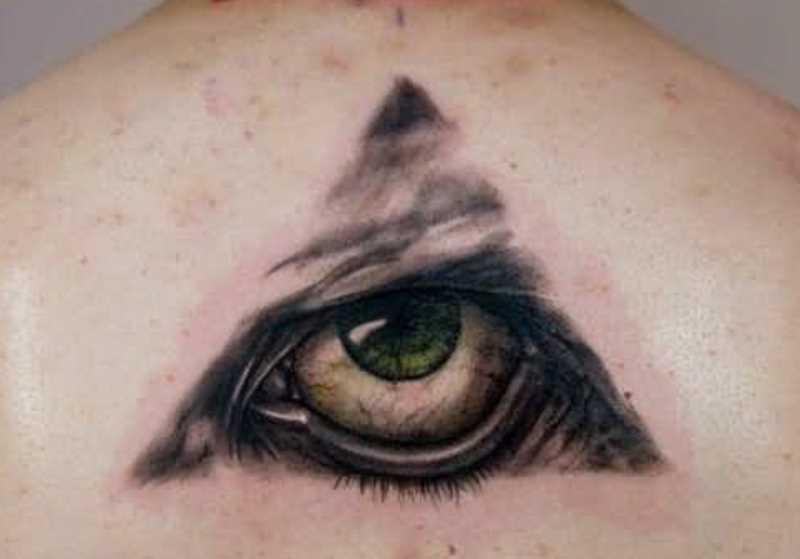 Tatuagem na coluna da menina - a pirâmide com o olho